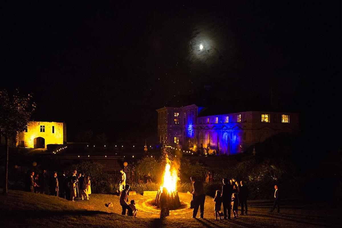 Le château propose à ses mariés un feu de joie dans le parc
