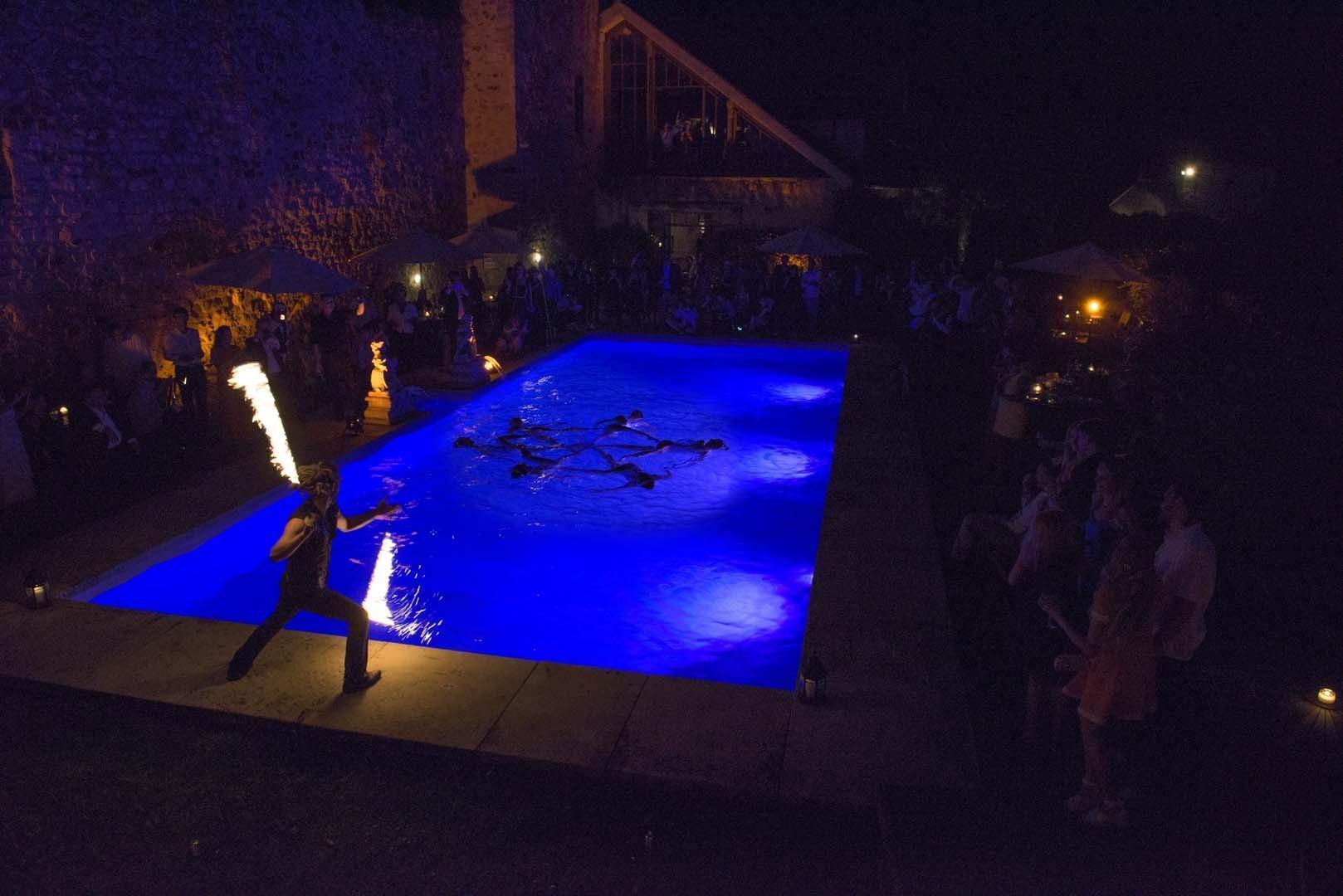 un ballet nautique dans la piscine du château, la veille du mariage