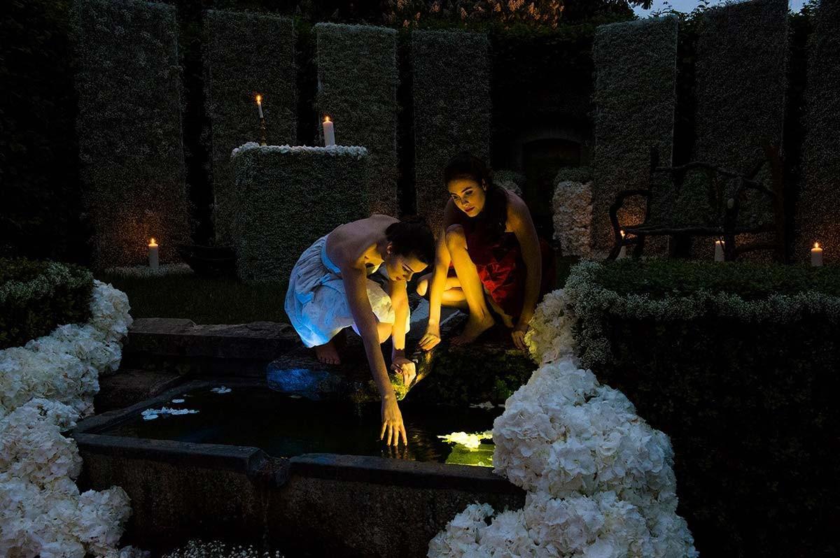 le petit bassin de la roseraie éclairé et décoré