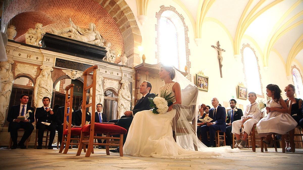 Une cérémonie de mariage à l'église proche du château