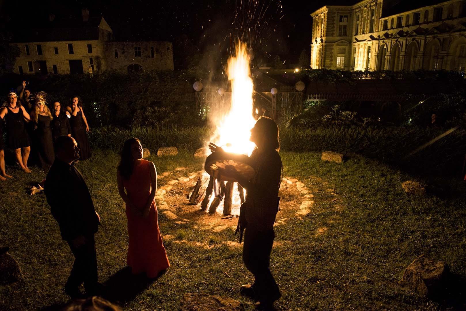 Lors du feu de la St Jean, le chaman appelle à l'harmonie avec la nature