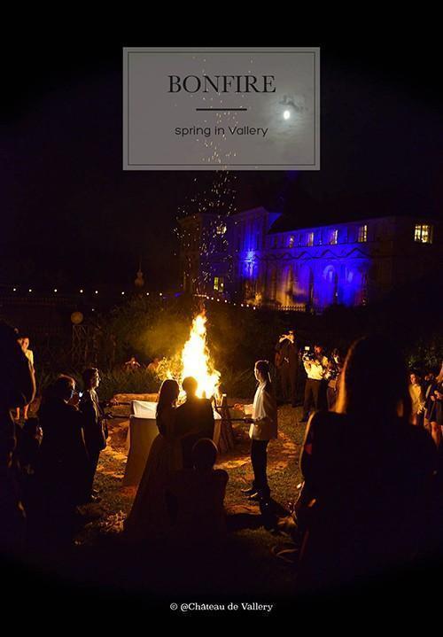 le feu de joie à l'issue du mariage devant le château