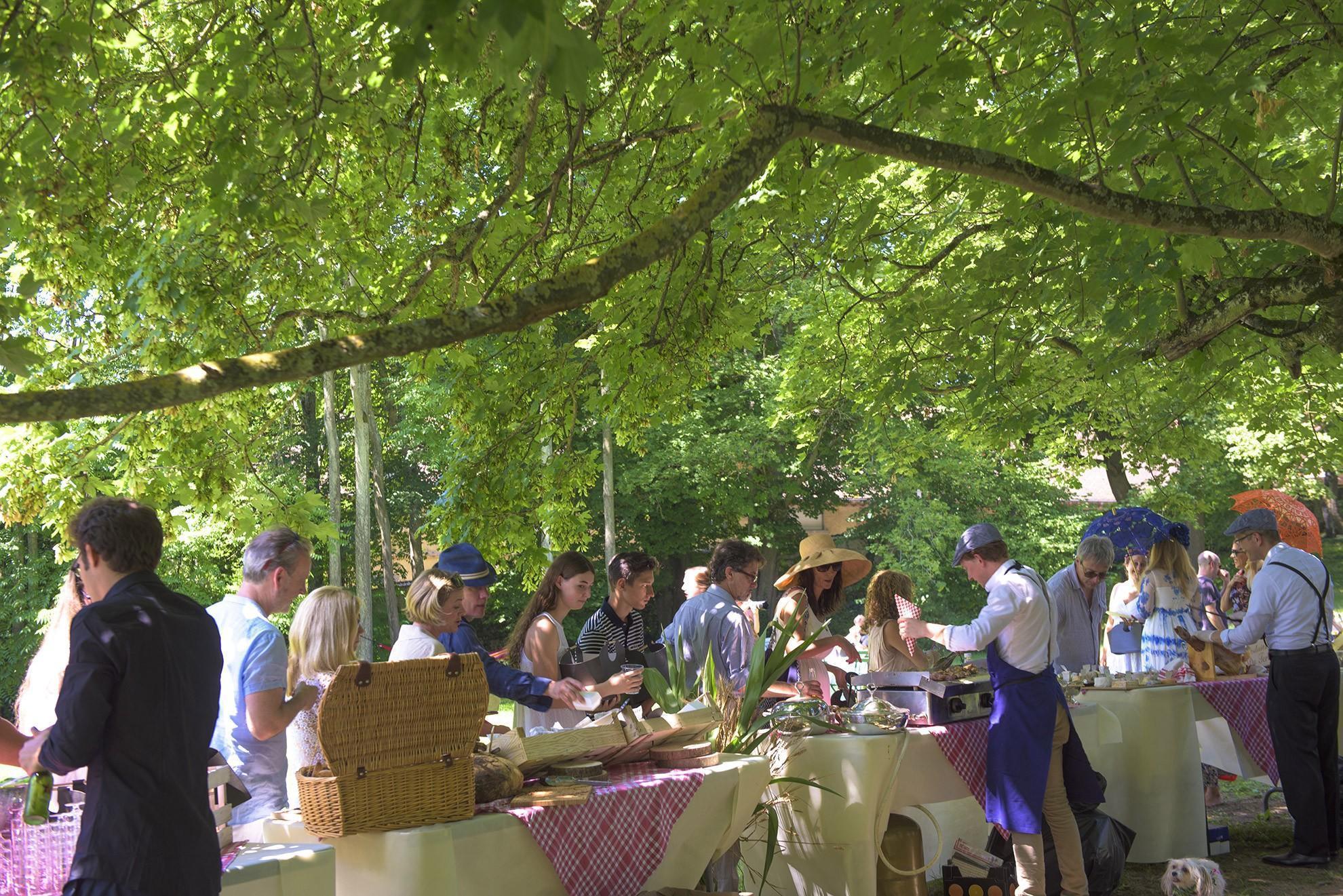 Une garden-party dans le parc du château au lendemain d'un mariage