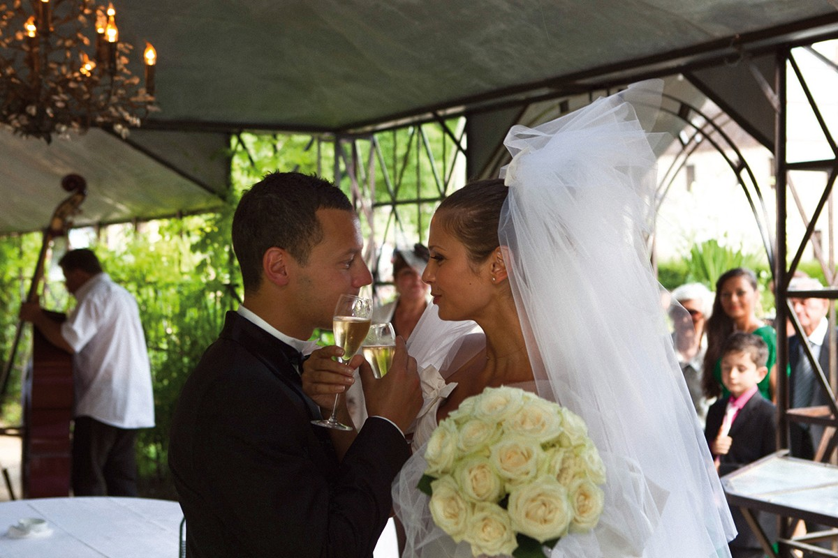 Les mariés sous la closerie du château