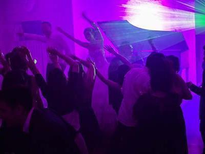 la mariée danse dans la galerie du château avec ses invités