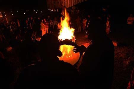 musique et danse autour du feu de joie au terme de la fête