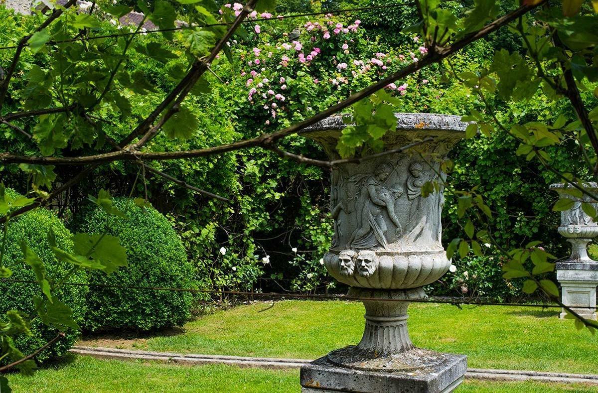 vases de pierre et rigole de la roseraie